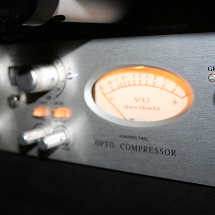 http://recording.studio11chicago.com/wp-content/uploads/2014/02/AVALON-COMPRESSOR-1.jpg